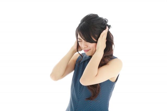 耳鳴りで悩む女性写真